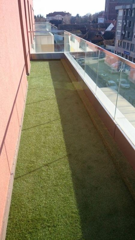 Lijepa zelena trava na terasi